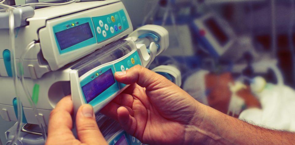 Canva-Medical-worker-configures-equipment-in-ICU.jpg